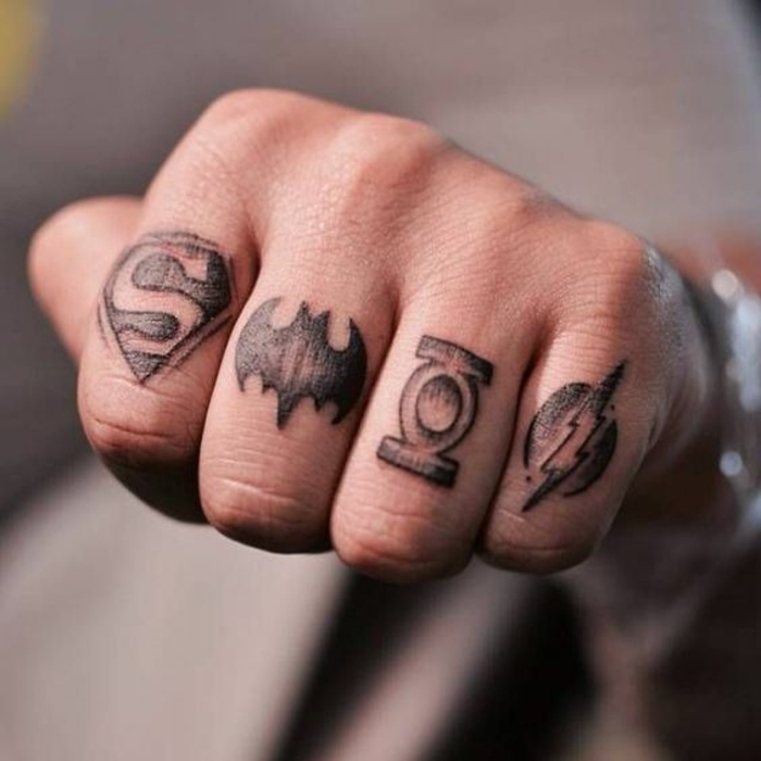 tatuajes en los dedos, propuesta de tatuaje en los dedos para hombre, cada dedo tatuado con el simbolo de un superheroe