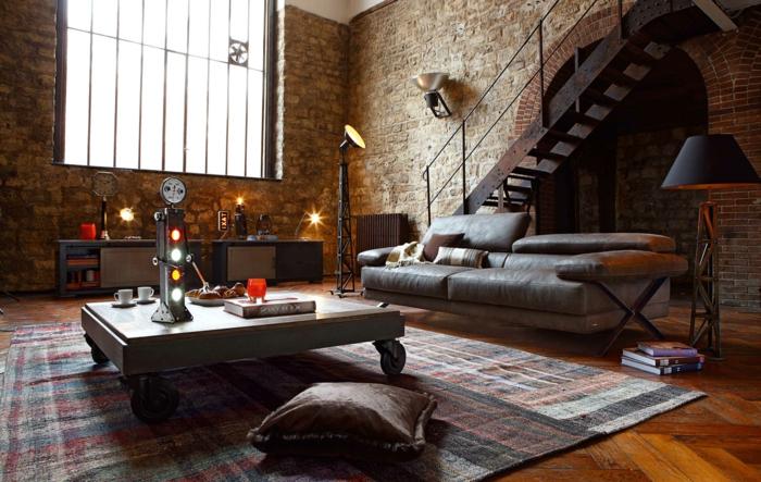 revestimiento paredes, salón en estilo industrial con sofá de piel, escaleras de metal, techo alto y ventana grande, paredes de piedra