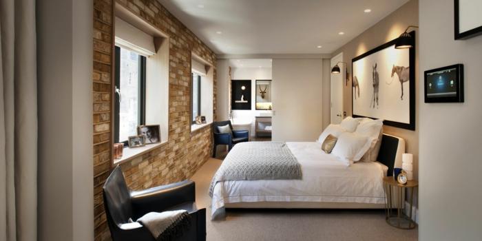 pared ladrillo, dormitorio con cama doble, decoración moderna, pared de ladrillo con dos ventanas grandes, sillón de piel