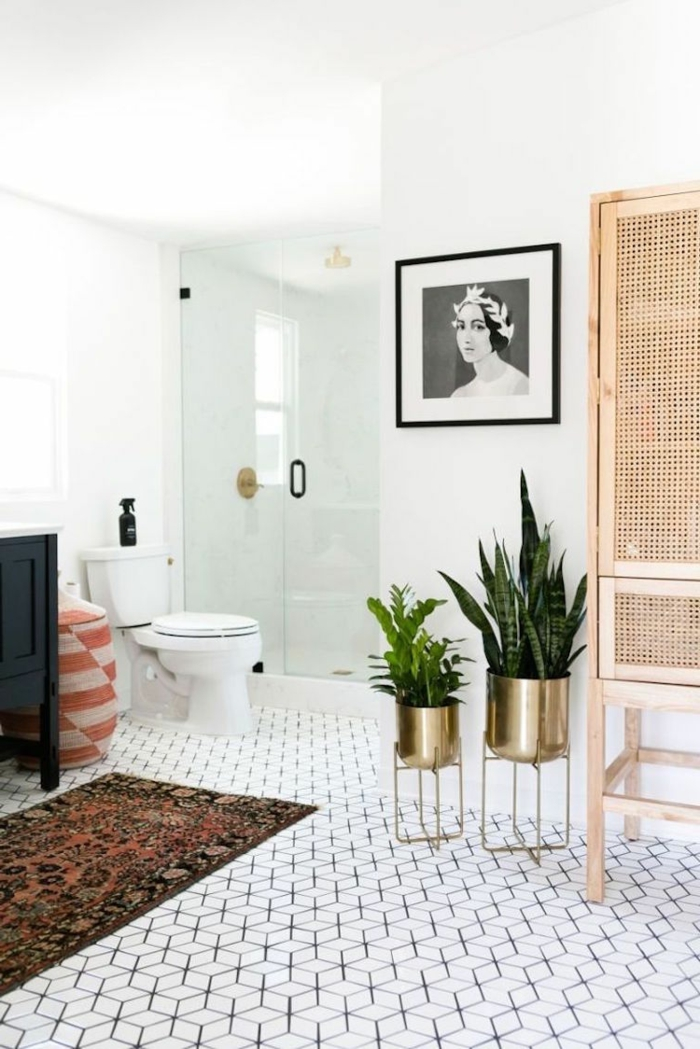cuadros para baños, baño contemporáneo, macetas doradas como acento, suelo en blanco y negro, tapete, foto de cara de mujer en blanco y negro