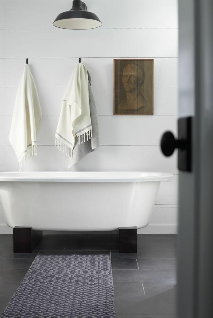 cuadros para baños, baño minimalista con bañera, pared de madera blanca, cuadro con aspecto antiguo, retrato de hombre