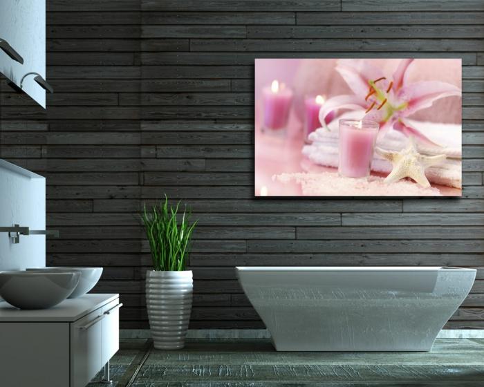 laminas decorativas. bño con lavabo doble, pared de tarima, bañera y cuadro grande con belas y flores color rosa