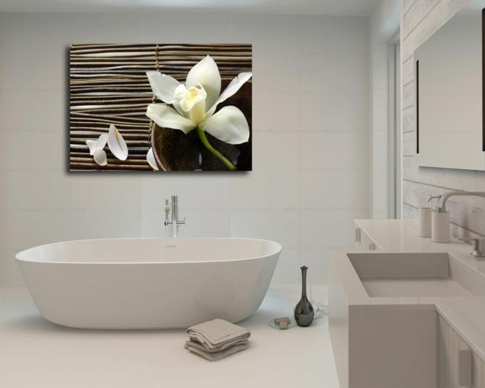 cuadros para baños, baño grande minimalista todo blanco, bañera y vuadro grande con azucena y bambú