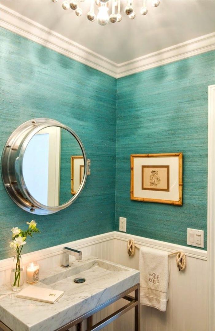 cuadros para baños, baño con espejo redondo, pared en aguamarina, cuadro pequeño con marco de bambú, lavabo de mármol