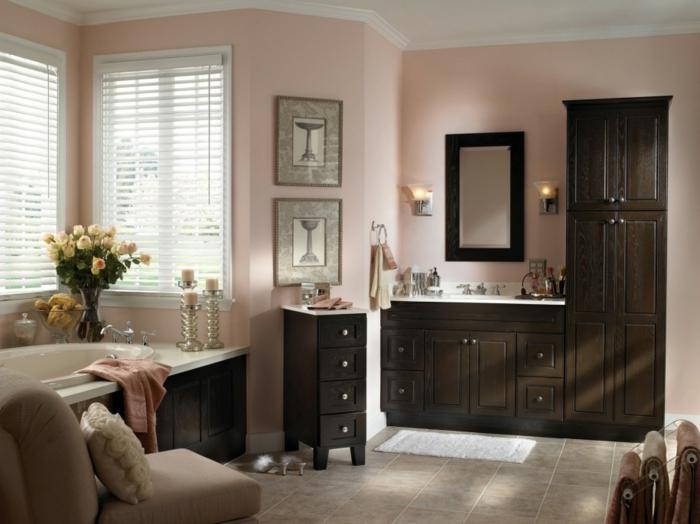 cuadros para baños, baño grande de lujo, muebles de madera oscura, ventanas con persianas, decoración con flores, velas y cuadros en blanco de portavelas gris