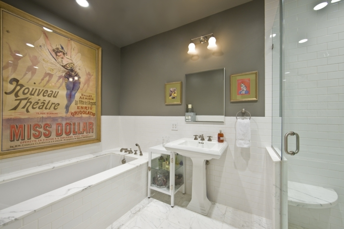 laminas vintage, baño con ducha de obra y mármol, póster vintage grande laminado sobre la bañera, cuadros pequeños paralelos