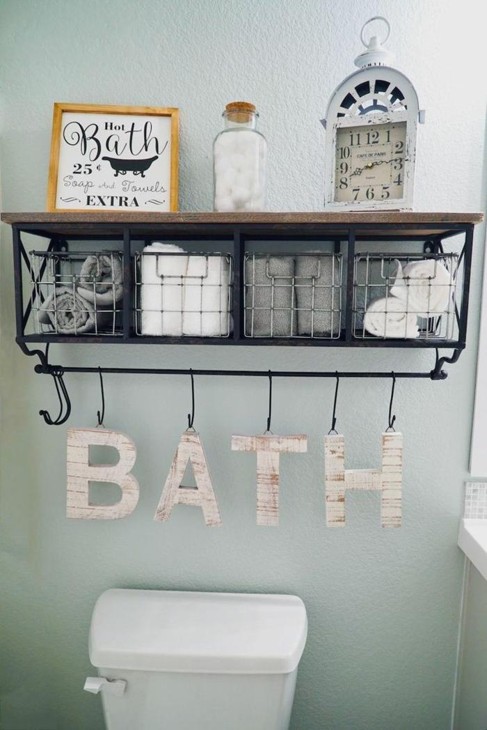 cuadros para baños, decoración con letras colgantes, reloj y póster pequeno en marco de madera, baño moderno