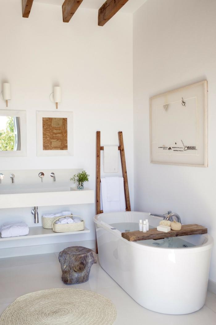 cuadros decorativos, baño en blanco, techo con vigas de madera, ventana pequeña, cuadro abstracto con marco blanco