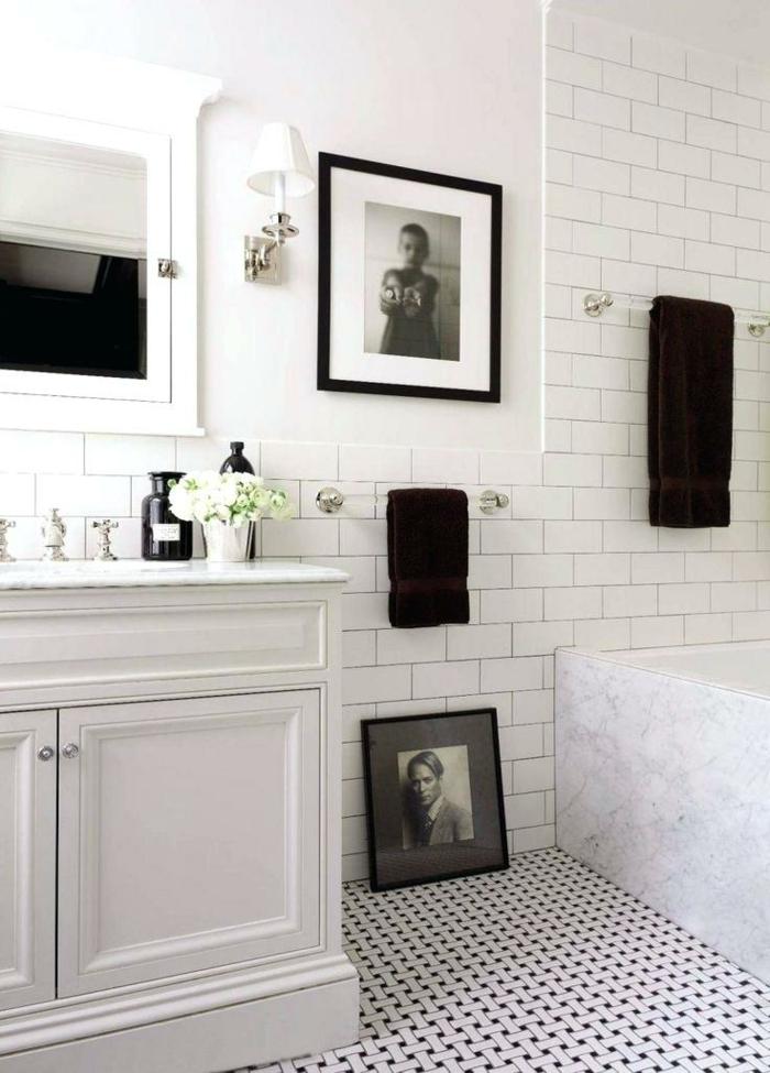 cuadros decorativos, baño con aldrillo visto en blanco y negro. decoración con fotos de un hombre y un muchacho