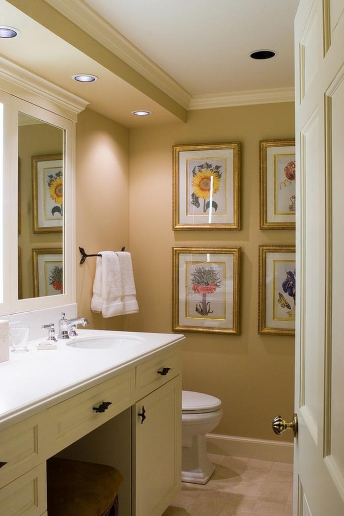 cuadros decorativos, baño grande en beige y blanco, pared decorada con pinturas de flores laminados, marcos en dorado