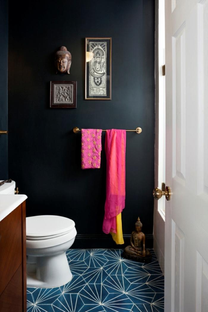 laminas vintage, baño moderno pequeño en colores oscuros, decoracion de pared estilo oriental, cabeza de dios oriental