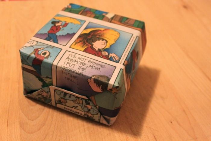 manualidades con cartulina, idea de bolsita de regalo hecho con hojas de comic reciclados, tutorial paso a paso