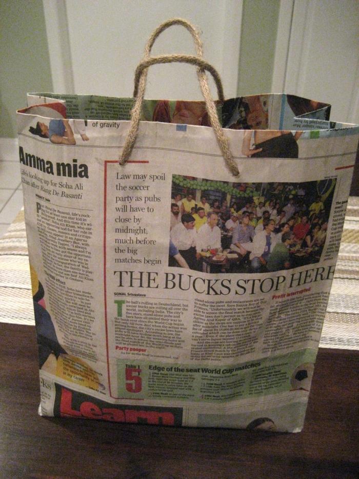 manualidades con papel de periodico, bolsa de periódico reciclado hecha a mano para regalos, manualidad reciclada