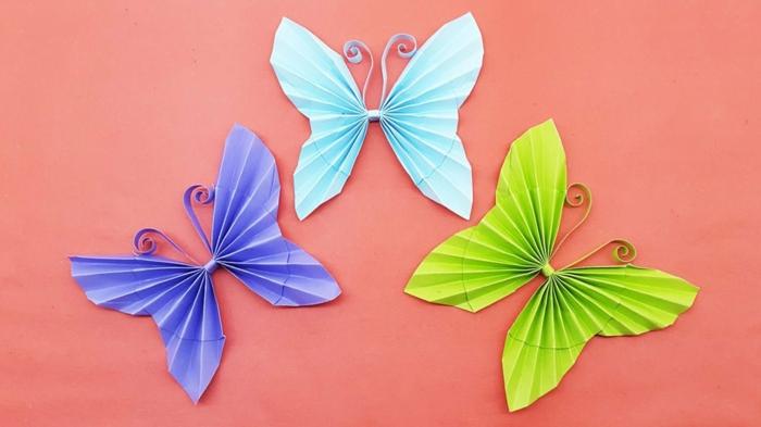 manualidades con cartulina, manualidades fáciles para niños, mariposas de papel azul, púrpura y verde