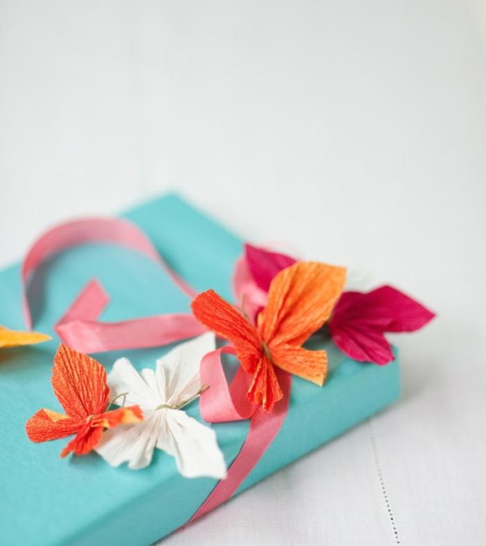 manualidades con cartulina, decoración de regalos con cinta y mariposas de papel de seda pintado, tutorial