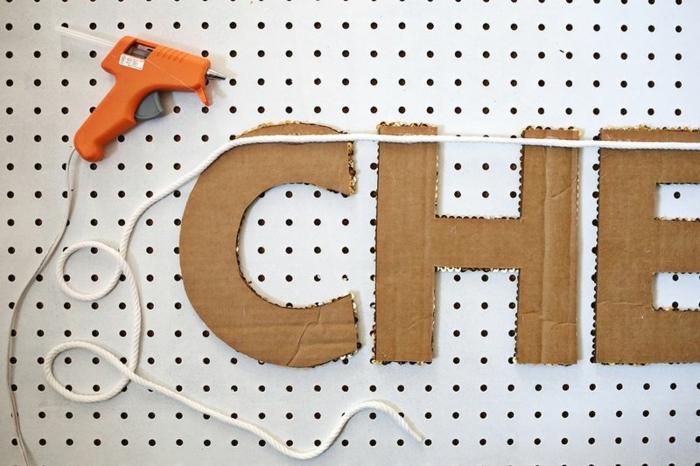 manualidades con carton, como sujetar la cinta en una guirnalda de letras, tutorial paso a paso, pistola encoladora