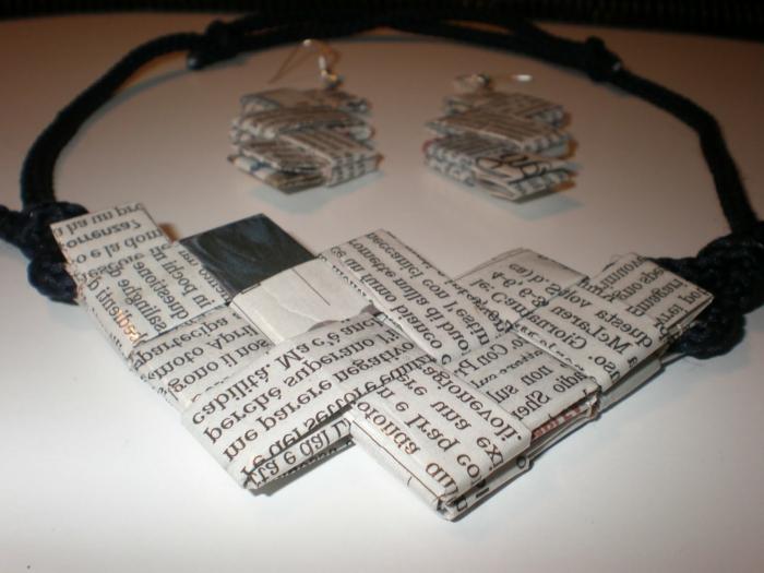 como hacer cosas de papel, collar y pendientes originales hechos a mano con papel de periódico reciclado