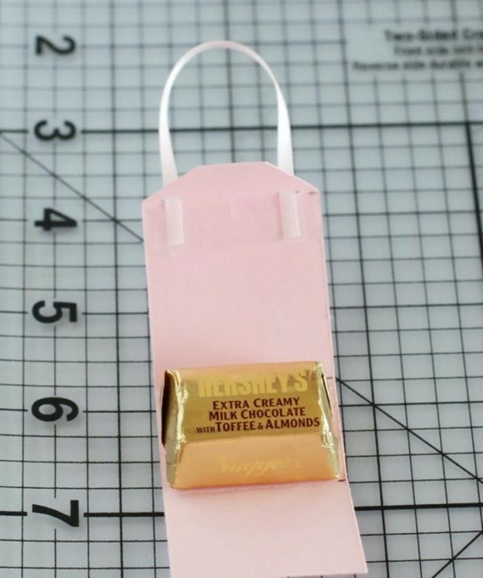 mariposas de papel, idea de regalo con bolsita de cartul;ina hecha a mano y un caramelo, tutorial paso a paso