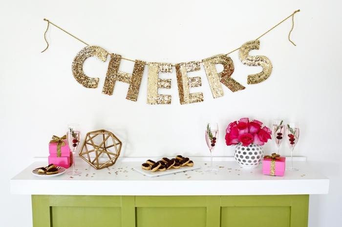 como hacer cosas de papel, decoración de celebraciones hecha a mano. guirnalda con letras de cartón con lentejuelas