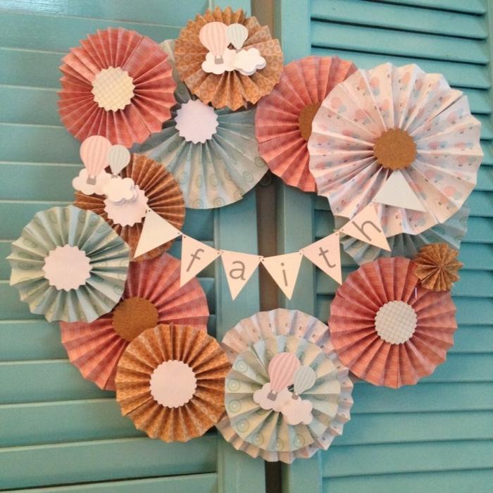 mariposas de papel, decoración de ventanas or puertas hecha con flores de cartulina, frase motivadora