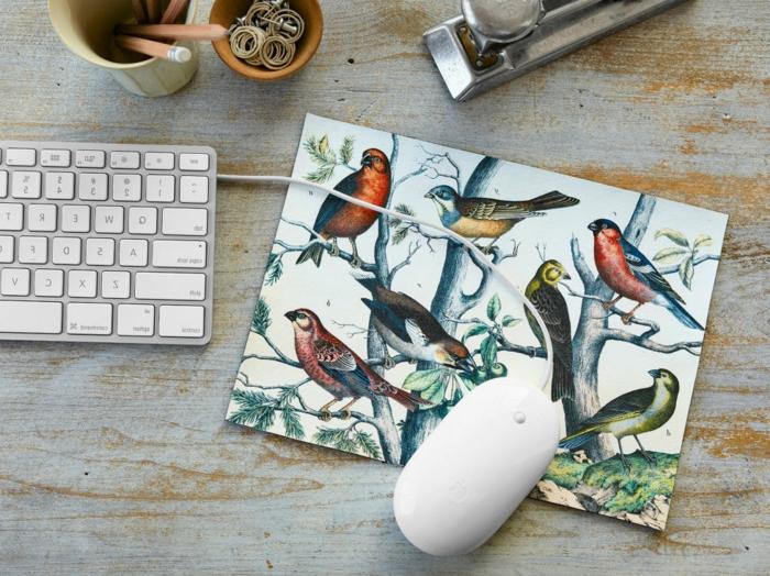 mariposas de papel, posa ratón con pájaros en un bosque, plantilla imprimida pegada, manualidad fácil
