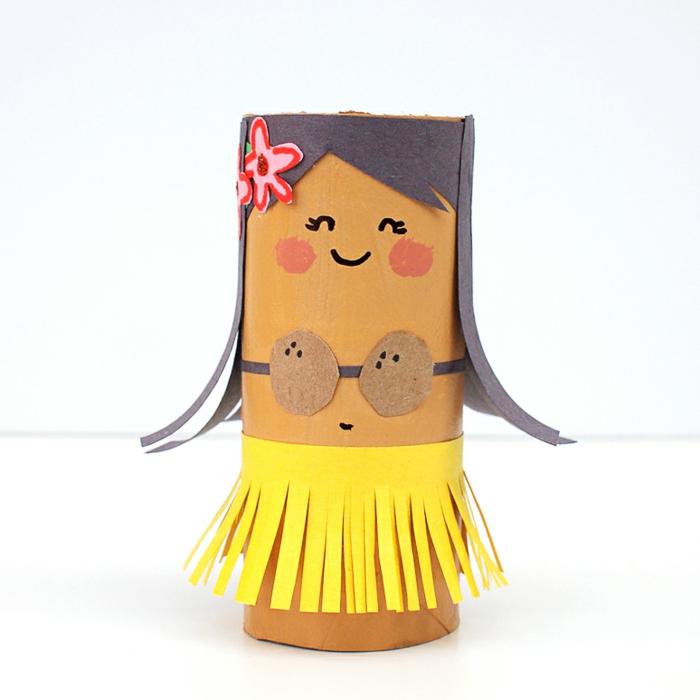 como hacer cosas de papel, muñeca tipo hawaiana con pelo y falda, cono de papel higiénico, manualidades recicladas