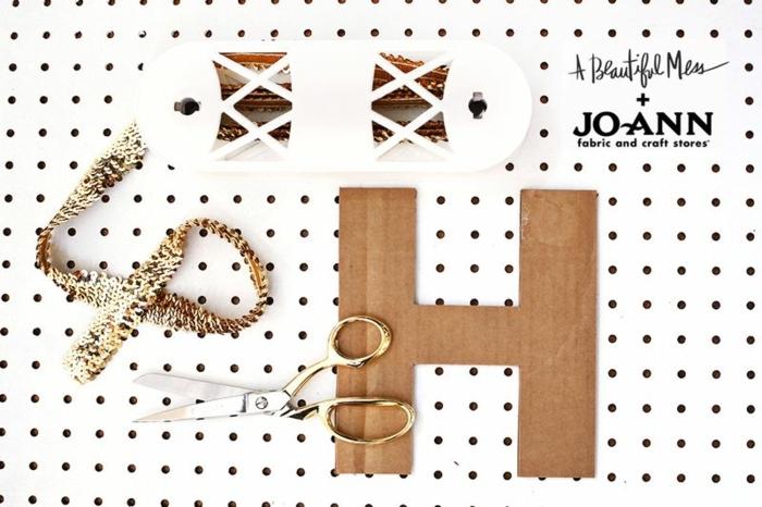 manualidades paso a paso, tijeras, cinta de lentejuelas, letras de cartón, materiales necesarios para hacer guirnalda de fiesta