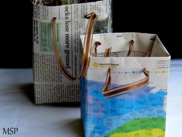 manualidades de papel, bolsas de regalo hechos con hojas de periódico o revista con asa de cinta decorativa marrón