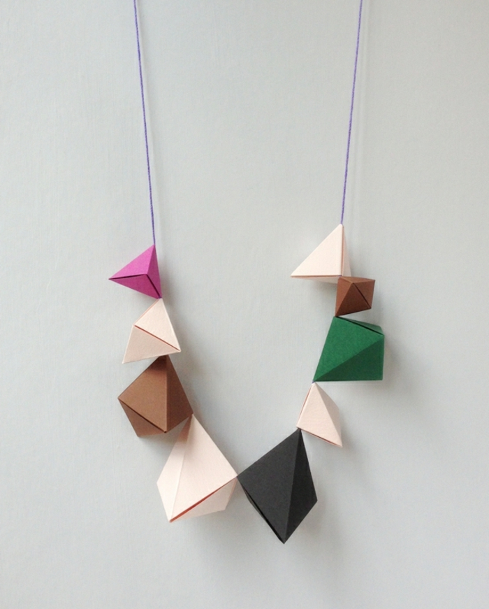 manualidades de papel, collar original con figuras de papel en negro, marron y rosado, manualidades origami