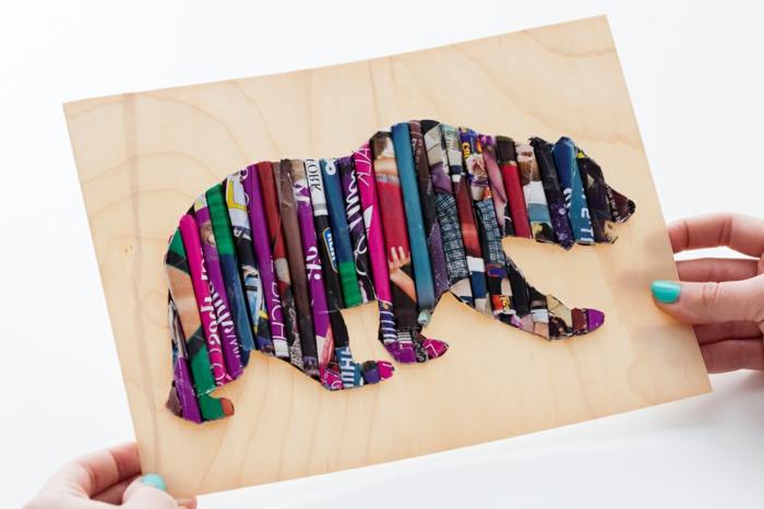 manualidades de papel, decoración de pared, figura de oso hecha con rollos de hojas de revista sobre tablón