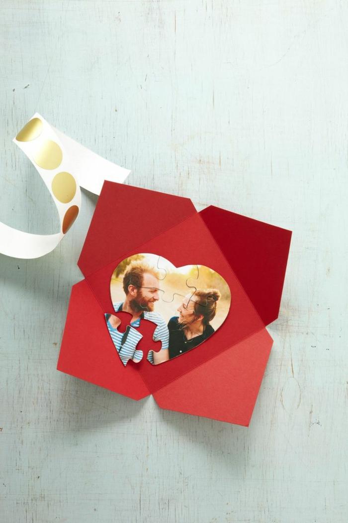 manualidades de papel, regalo romántico san valentín, puzzle de papel con foto de la pareja, manualidad fácil