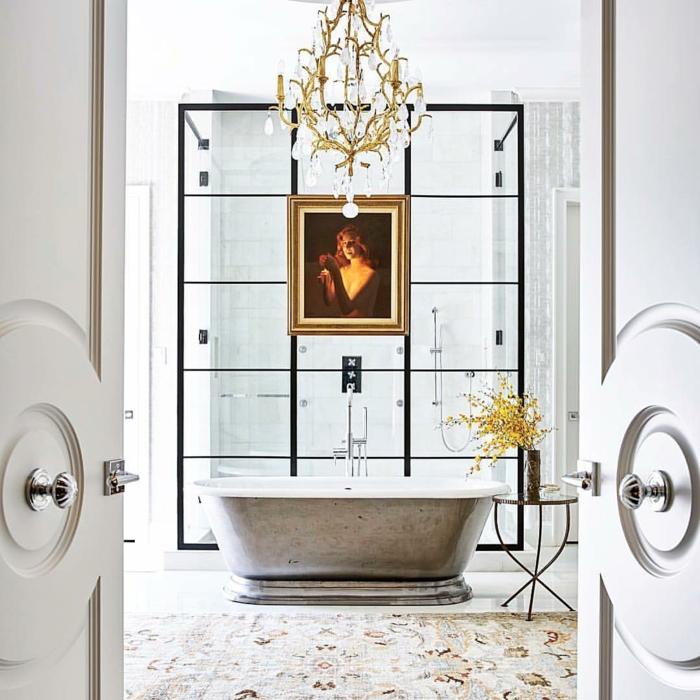 marcos vintage, baño de lujo con alfombra y bañera, lámpara de araña, retrato de mujer en marco dorado, ducha con mampara de vidrio