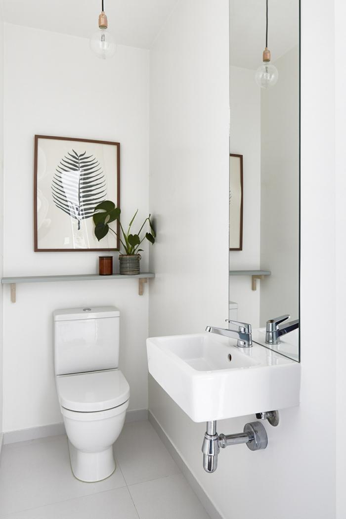 laminas decorativas, baño moderno minimalista en blanco, bombilla colgante, hoja de planta verde grande, laminada y enmarcada