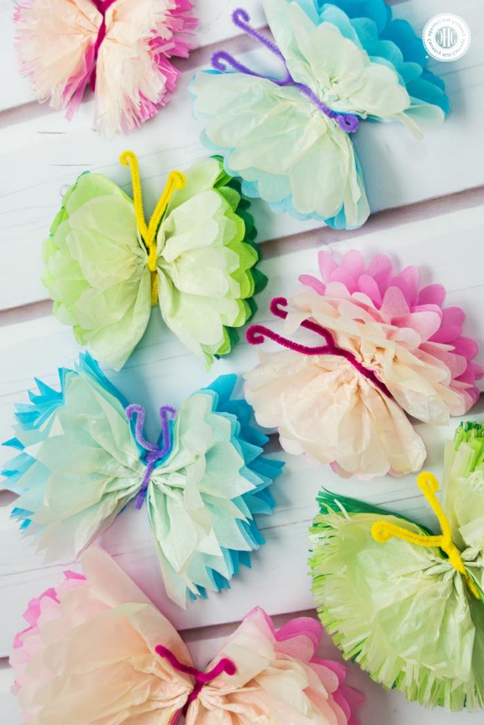 mariposas de papel, finas mariposas hechas con varias capas de papel de seda y limpiadores de pipa en rosado, azul y verde