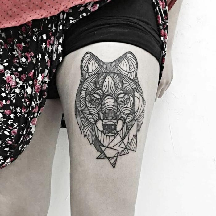 tatuajes de animales, mujer con falda, tatuaje en la cadera, cabeza de lobo grande, estilo geometrico, blanco y negro