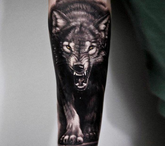 tatuajes de animales, tatuaje en el antebrazo hombre, negro sólido, lobo atacando, ojos amarillos, tatuaje estilo realista