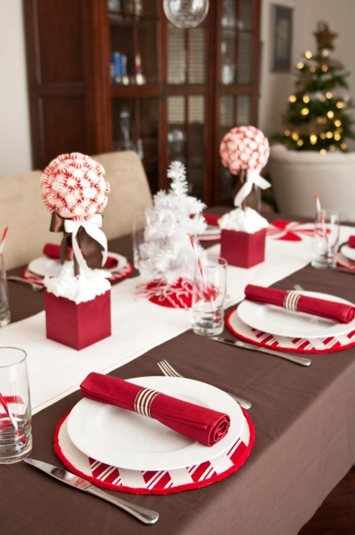 centro de mesa navideño, elementos originales, centro de mesa con pino artificial en blanco y dos ornamentos en blanco y rojo