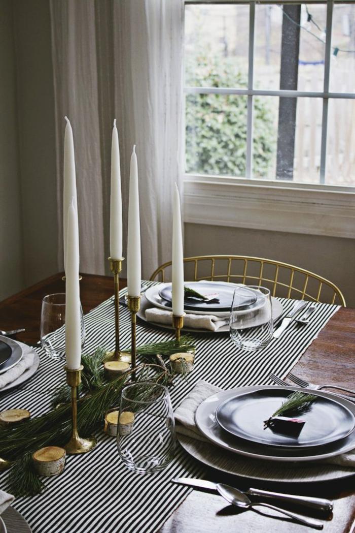 mesa de navidad, decoracion refinada en blanco y negro, candelabros dorados con grandes velas en blanco, centro de navidad simple y atractivo