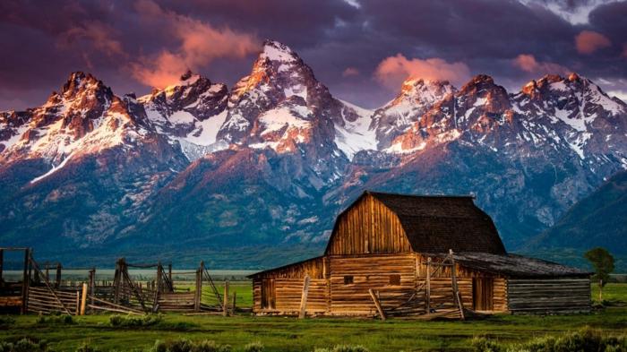 cabañas de madera, ejemplo de cabaña hecha de manera en un terreno verde al lado de la montaña, cabañas rurales de encanto