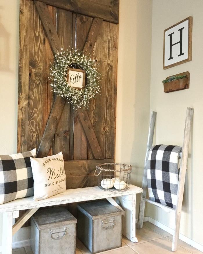 recibidores baratos, recibidor estilo rústico, banco de madera pintada en blanco, cajas de metal, decoración de pared con madera y corona de flores