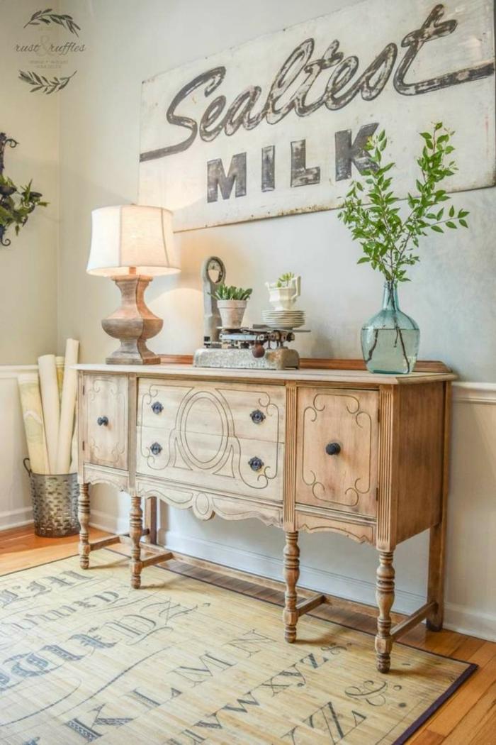 recibidores baratos, decoración vintage, armario auxiliar de madera, pared decorada con cartel estilo vintage, tapete con letras