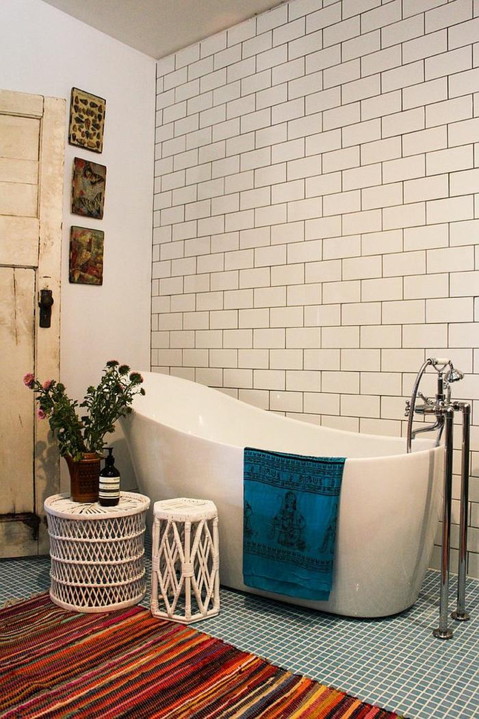como decorar un baño, baño en estilo bohemio con bañera moderna, puerta de madera con efecto desgastado