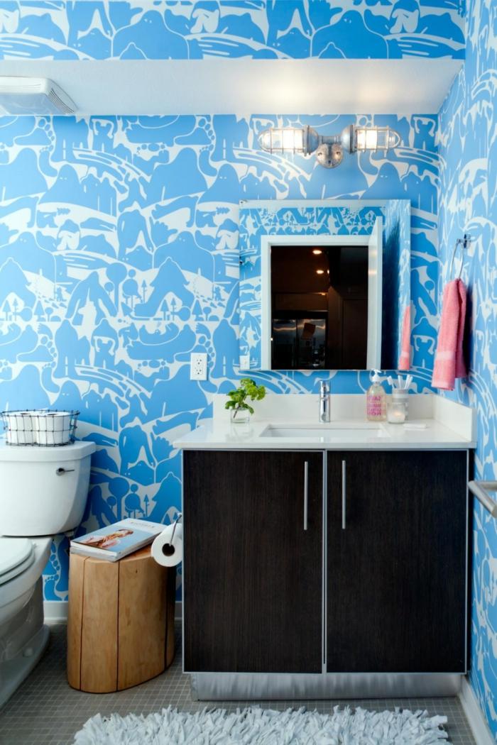 como decorar un baño, baño en blanco y azul, papel pintado en estampados originales, silla de madera