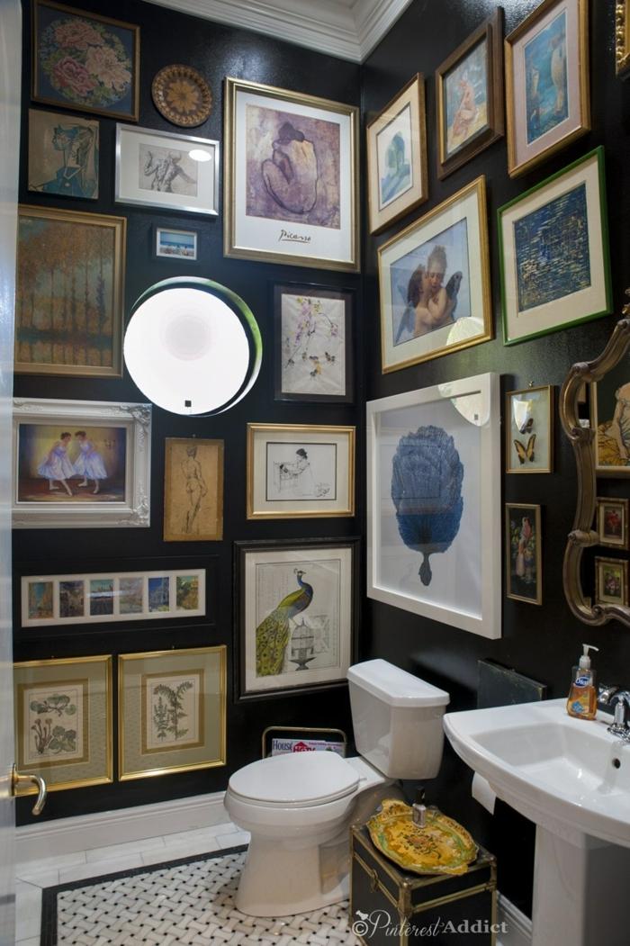como decorar un baño, ejemplo de baño con mucha decoración, objetos vintage, cuadros decorativos clásicos