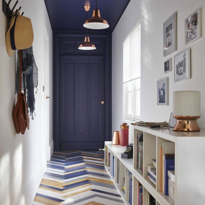 recibidores pequeños, recibidor en el pasillo, parquet de colores, techo azul oscuro, librería, fotos en blanco y negro