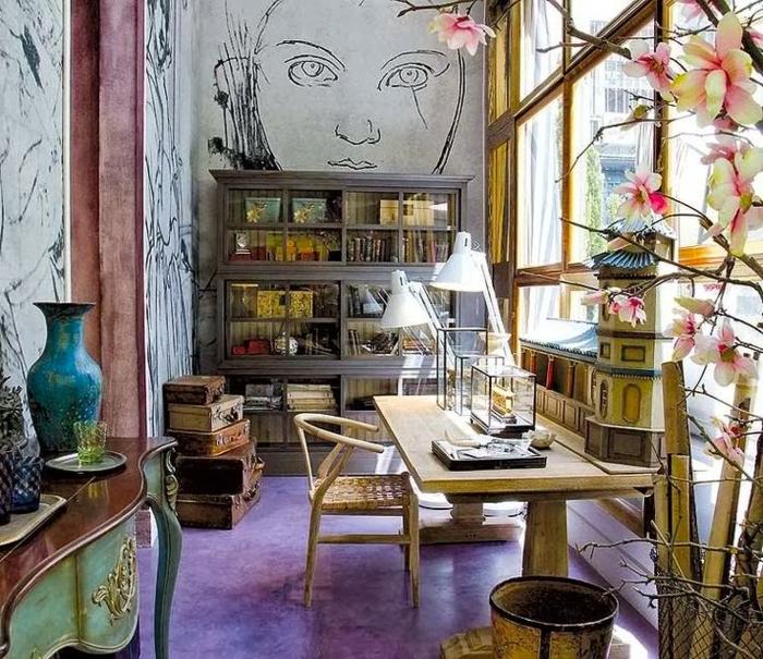 como decorar un salon, salon pequeño con decoración en estilo bohemio, muebles vintage y suelo en color lila saturado