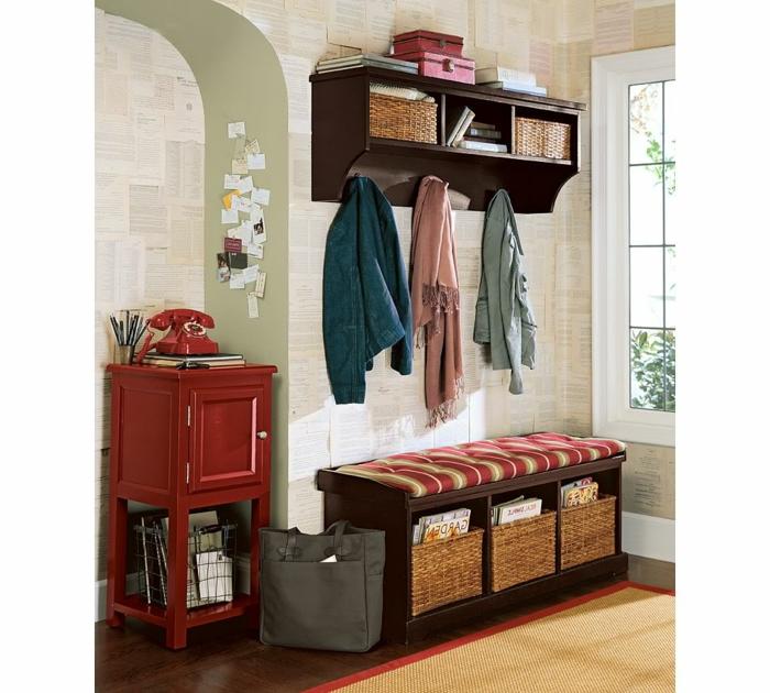 recibidores modernos, decoración vintage con teléfono antiguo, banco tapizado, cajas de mimbre, paredes con hojas de libros