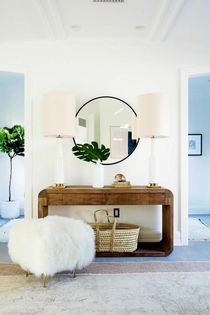 recibidores modernos, apardor de madera, espejo redondo, tabutçrete con peluche y patas doradas, alfombra