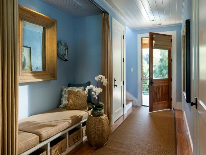 recibidores modernos, recibidor largo y estrecho, espejo con marco grande dorado, banco con espacio de almacenamiento, cojines y orquidea