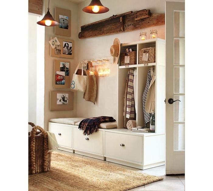 recibidores modernos, zapatero con asiento y colchonetas, decoración con fotos y candelas, cajas de mimbre, tapete, lámparas colgantes
